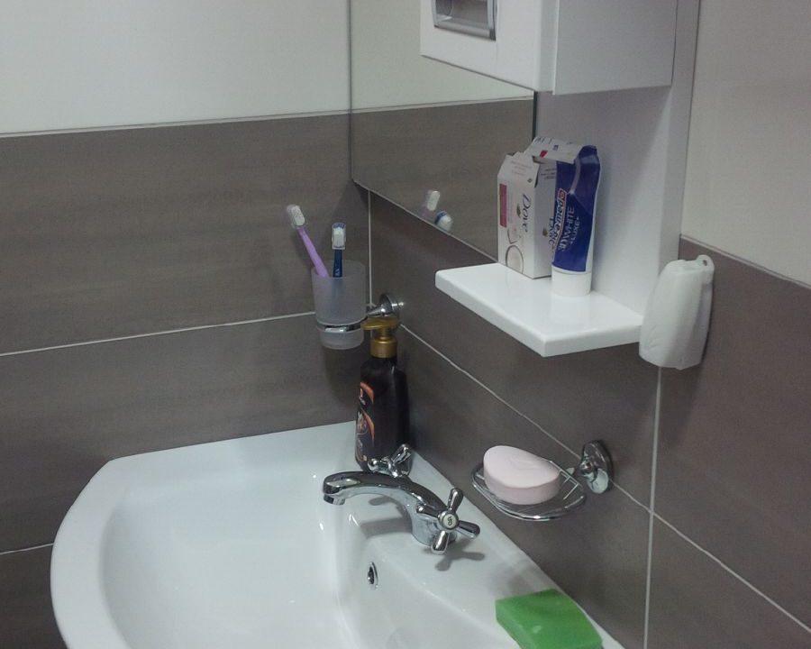 Kupatilo ( lavabo sa toaletnim ormarićem)